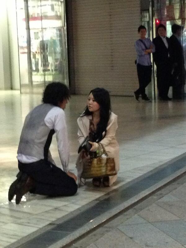 新宿駅アルタ前で男が土下座して髪を切られる事件が発生