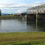 RT @Gina_SVH: North end of I-5 bridge over #Skagit River collapsed