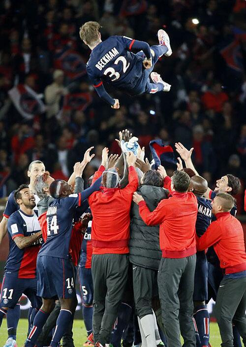 ...and the PSG players give him a rousing send-off. Au revoir #Beckham... http://t.co/uFlgQrbuZJ