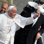 RT Audiencia Papal Papa saludaba y se pos una paloma en su mano http://t.co/5lDNR2HJWN