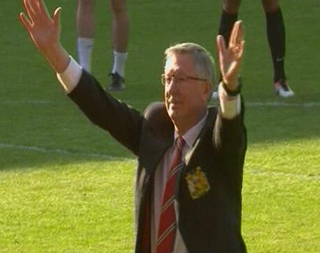 Ryan Giggs sent Alex Ferguson over to salute the #mufc fans on his own as the players hung back at the Hawthorns http://t.co/nVqpvioOv7