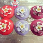 Fondant flower cupcakes by #bakerystationhn http://t.co/rnbNiMAo0z
