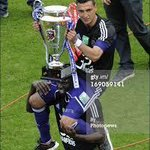 Matas Surez levantando el trofeo de la Jupiler Pro League http://t.co/BxXhWTNnXU