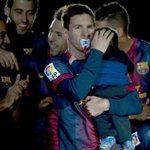 #Messi como un padrazo con el chupete de su hijo #Thiago http://t.co/YuBbC85ZYW