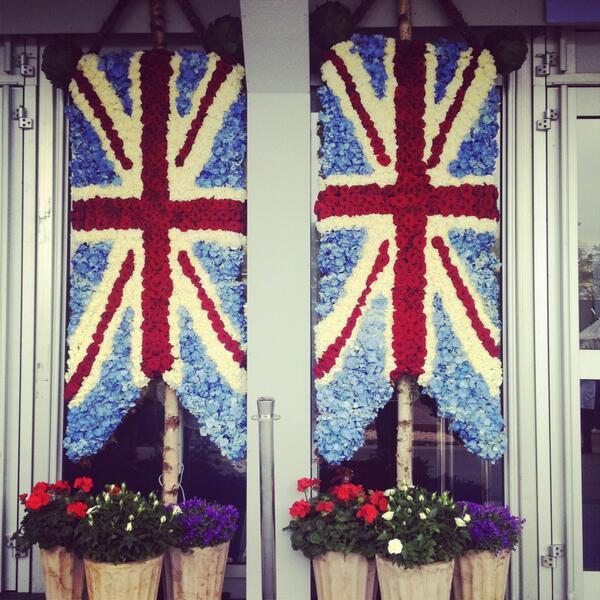 Union jack flags made of hydrangeas & roses #RHSChelsea #British http://t.co/iNOLz4ALuC