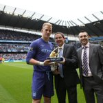 Wow! De Gea kalah &quot;@MCFC: THE MAN WITH THE GOLDEN GLOVE: Joe Hart collecting his award before yesterdays game #mcfc http://t.co/Z5Q3R5IO5i&quot;