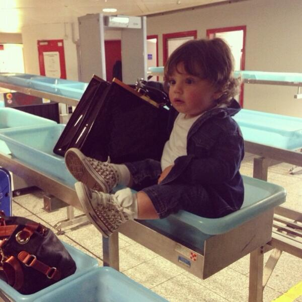 Baby Benedicto en el control del aeropuerto !! http://t.co/8s64ysfcF7