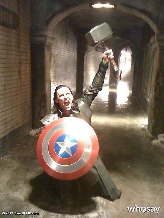 #英国俳優学園祭一人で「アベンジャーズ」の劇をするトムヒくん
