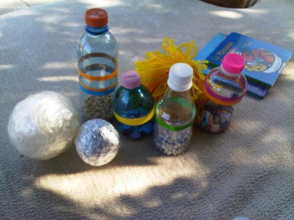 Los juguetes de Milan; botellas y pelotas de plástico y papel, una forma de hacerle explorar sonidos y texturas! http://t.co/m9l3xMIg8g