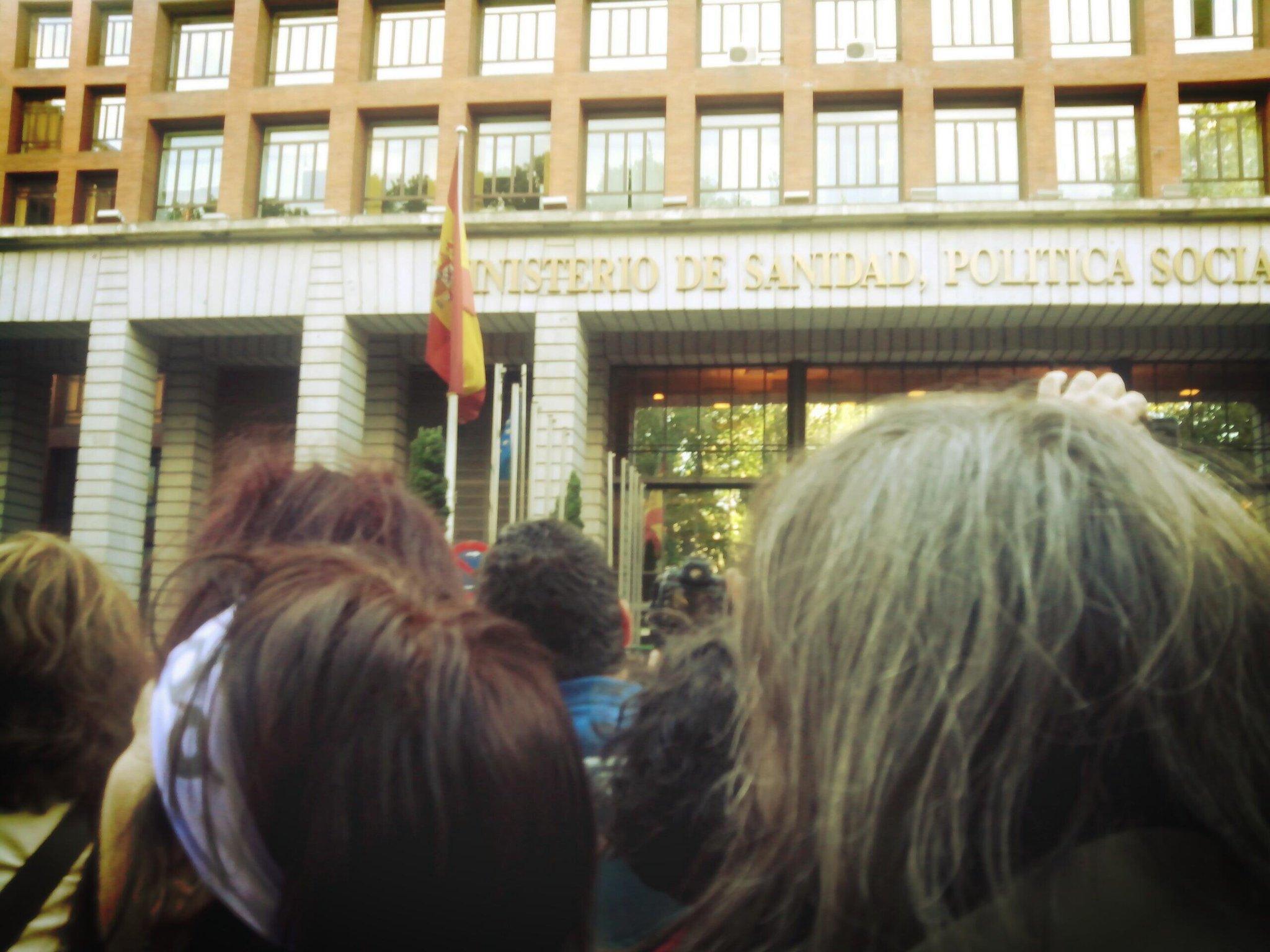 #derechoaborto28m cortando la calle 'Gallardón dimisión' comienzan los empujones http://t.co/5qJDTIpK9n