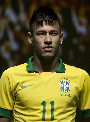 FOTO AP: Nueva piel Verdeamarela. @njr92 #Neymar muestra la camiseta de Brasil para la Copa #Confederaciones http://t.co/m93QXT5Aut