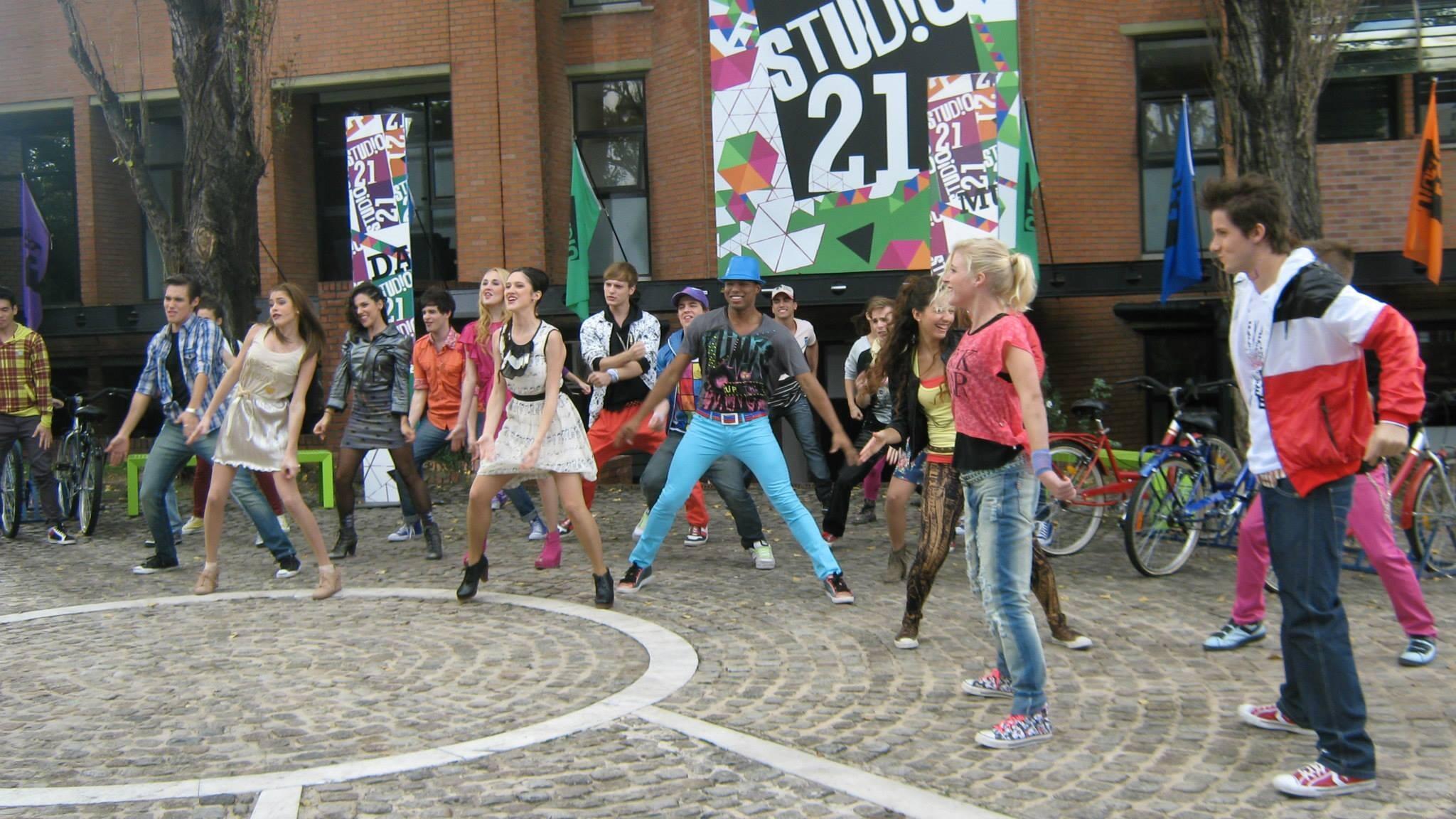 #BACKSTAGE: El elenco de Violetta en el videoclip 'Ven y canta'. http://t.co/Er3tpLGGHP