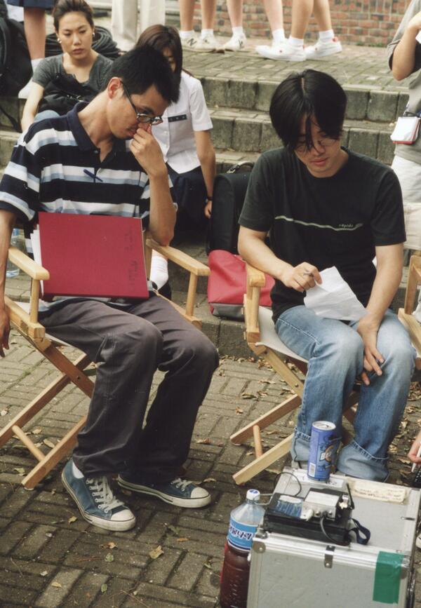 @rieyz81 @csangsangmadang 2.모니터를 놓을 테이블이 없던 시절 풍경. 김태용 감독 머리 뒤에 숨겨진 배우 김규리. http://t.co/iKWt2wMQ7s