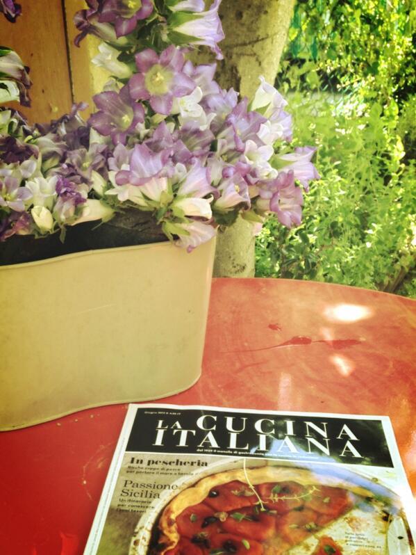 In giardino con la @Cucina_Italiana...la felicità dopo una giornata di lavoro http://t.co/w1holt73up
