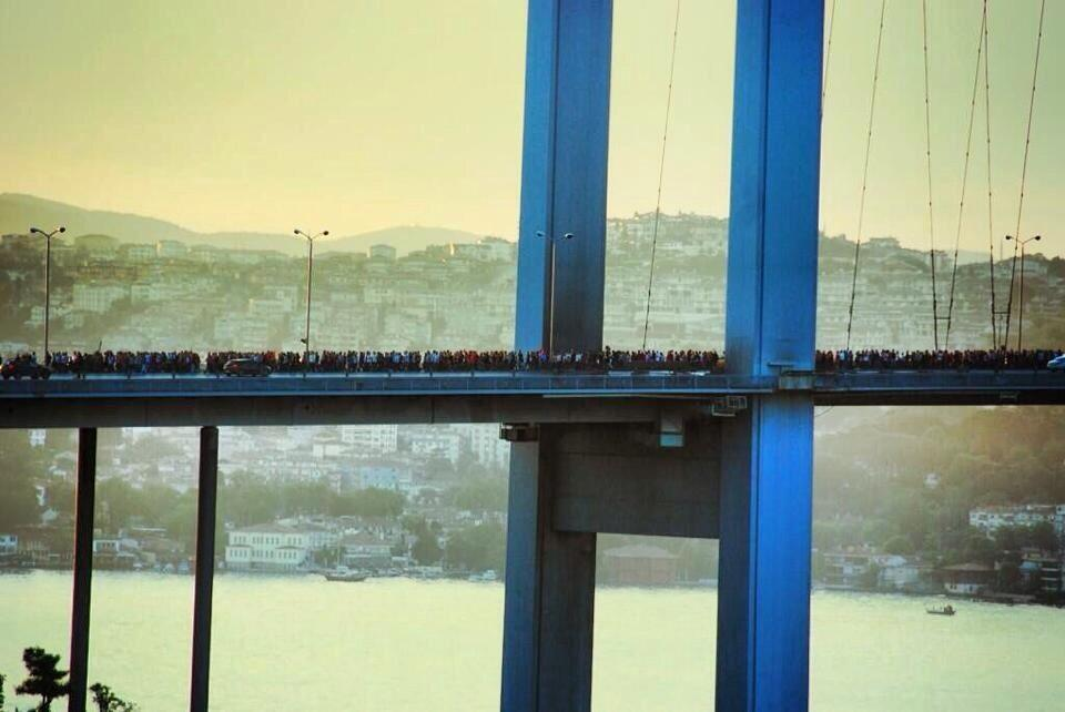 RT @LaurenBohn: RT @frogsarelovely: Absolutely incredible photograph of protestors crossing bridge to #Taksim #occupygezi #istanbul http://?