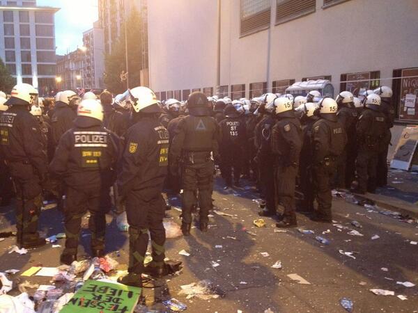 21:45 Uhr:Weiter Kessel-Räumung in Frankfurt -Personalien von mehreren hundert Demonstranten festgestellt #blockupy http://t.co/1ri8uQPiQb
