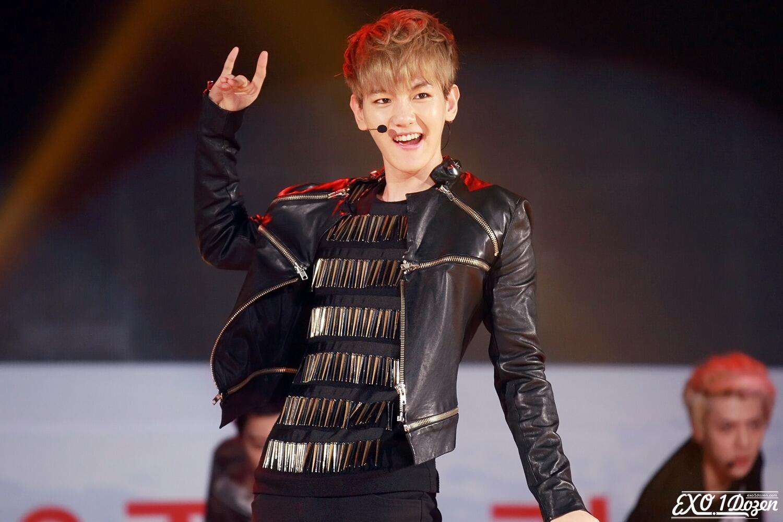 ByunBaekhyunID : Baekhyun's wolf hand pose how cool yeah #늑대와 ...