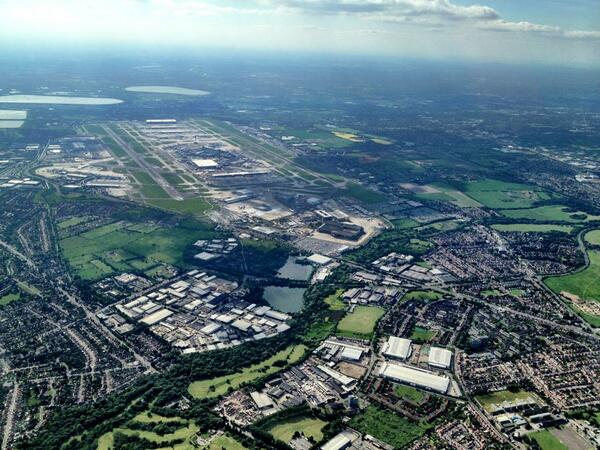 Heathrow airport from 4 Thousand feet above @MPSHounslow, Earlier today. Heathrow jets are all passing below us :-) http://t.co/ezsBwq58QM