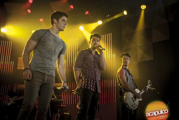 RT @JonaticasMEX: #FOTOS HD  Momento Burnin up Jonas Brothers  en el Acafest 2013 http://t.co/1gtEhgDoD7