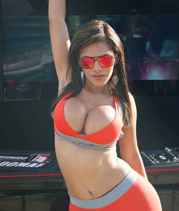 **Dusbeyly** (@Dusbeyly): Una fotico mas del evento tuning! @ViejoCachorro @sexyvid7 @SexyGuarenas @ELPATRON3000 http://t.co/vKt3zXX6Qp