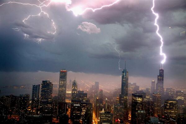 Lightning Strikes the Willis (Sears) Tower in Chicago http://t.co/EVyZIgh59d