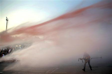 RT @pdacosta: Turkey protesters attacked by police water cannons near Istanbul's #Taksim square (photo by Yannis Behrakis) http://t.co/3GYFNfpwFf