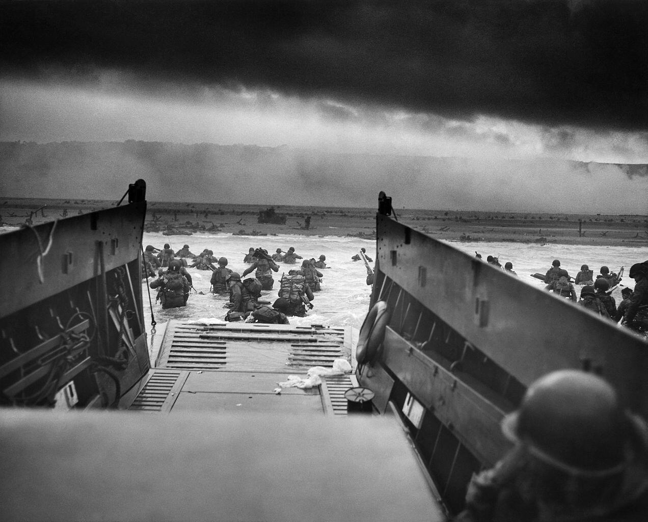 One of the most famous D-Day images: U.S. troops going ashore on Omaha Beach in the face of withering enemy fire. http://t.co/hwHzOdSACQ