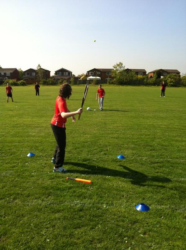 S&F: choice of eqpt for batter... Footy kick; each base = 1pt, Out = lose 1pt. Tennis racq; bases = 2pts, Out = 2pts http://t.co/BrZc35j4mf