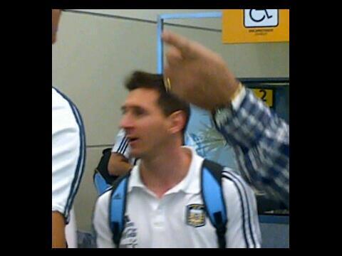 22h58: Está en Guayaquil Lionel Messi, viene con Argentina a buscar cupo a Brasil 2014. http://t.co/di3e6yIzvM / @Mbarcasn