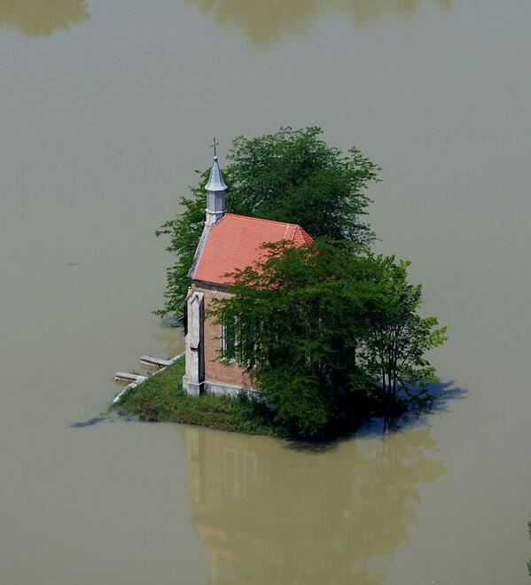 A Dunai árvíz idején Lórév határában a Zichy kápolna a víz fogságában. ORFK Légi felvétele: H.Szabó Sándor http://t.co/WhpaWO53BX