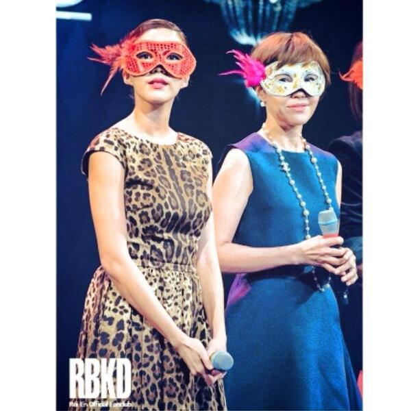 [Pic] Good Morning :) Rui En & Zoe Tay at #zzsf Masquerade Party http://t.co/9RpksSWZvy