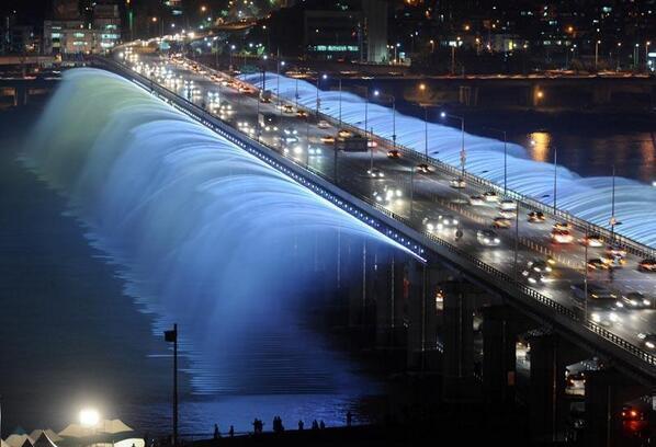 World's longest bridge fountain in Seoul, South Korea. http://t.co/Yu3qSJTXLD