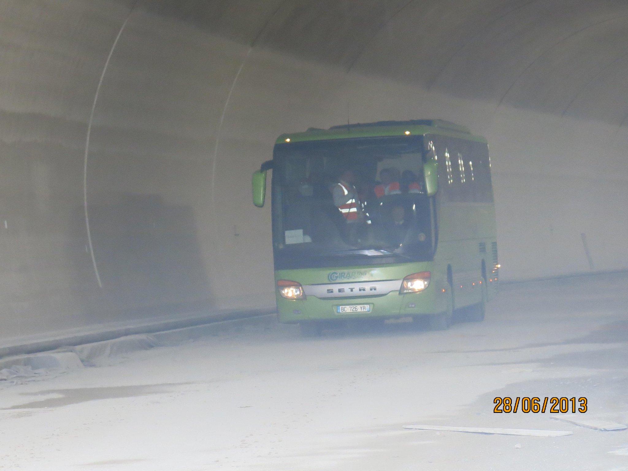 Petite histoire.  Grand moment. Le 1er bus a sortir de la lino. Merci aux 150 ptcpants. gigot bitume now! #futurtp http://t.co/2pcqSUYZ94