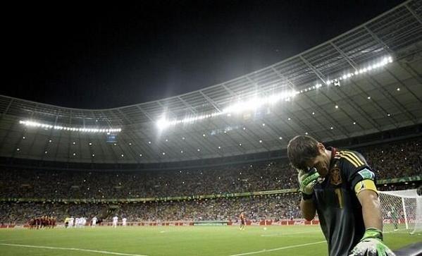 Iker Casillas justo cuando va a tirar el penalti Navas anoche. Fotaza señores. Y señoras que hay mucha futbolera! http://t.co/BPzfnPOeRm