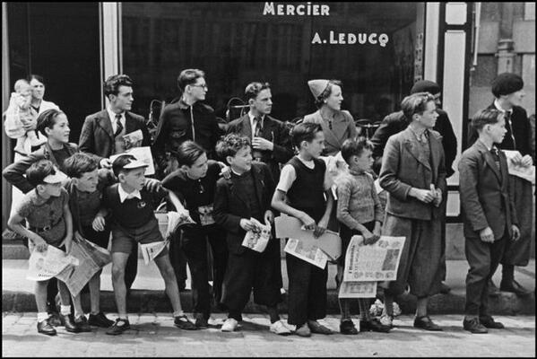RT @TokyoSonata: à Pleyben, la foule qui attend le passage des cyclistes, Tour de France de 1935, photo de Robert Capa http://t.co/dy9sgTUPfp