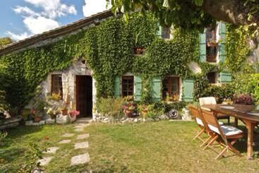 Fancy buying a Lovely 3 bed cottage in hamlet in Dordogne, close to village & golf & country club price £102,000! ? http://t.co/gEceRsaUvE