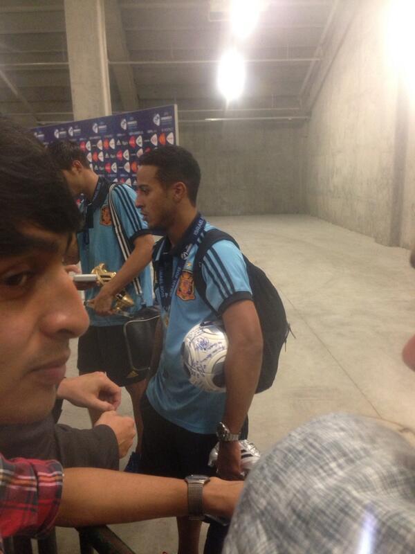 BNIkg24CAAI Cvu David De Gea signs Thiago Alcantaras matchball See you in Manchester