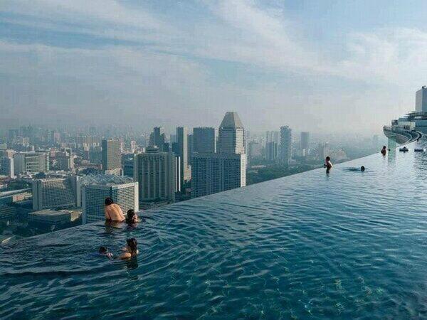 La piscina más alta del mundo se encuentra en el rascacielos Marina Bay Sands, Singapur @_Paisajes_  http://t.co/6YqaqKMsJ1