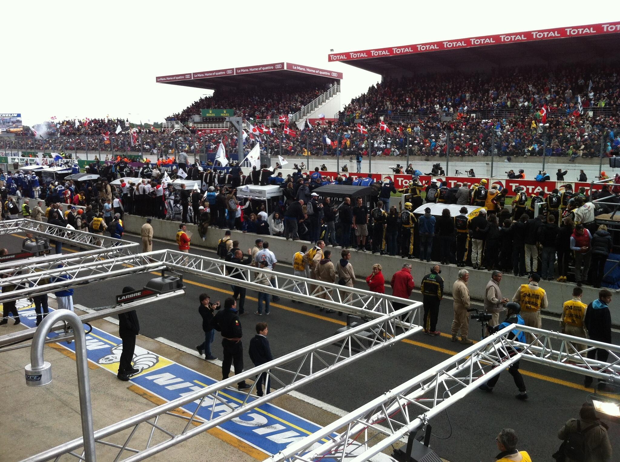 RT @MarieDeclercq: Les teams envahissent la pitlane !! Fin des 24h du Mans ! #24LM http://t.co/ke3KXDQad2