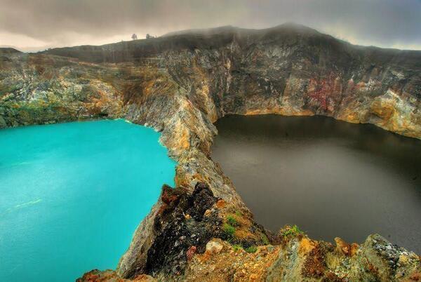 Los lagos de los espíritus malignos, Indonesia. Estos cambian de azul a verde o rojo, impredeciblemente. Feliz Martes http://t.co/VyRsXbVkbw