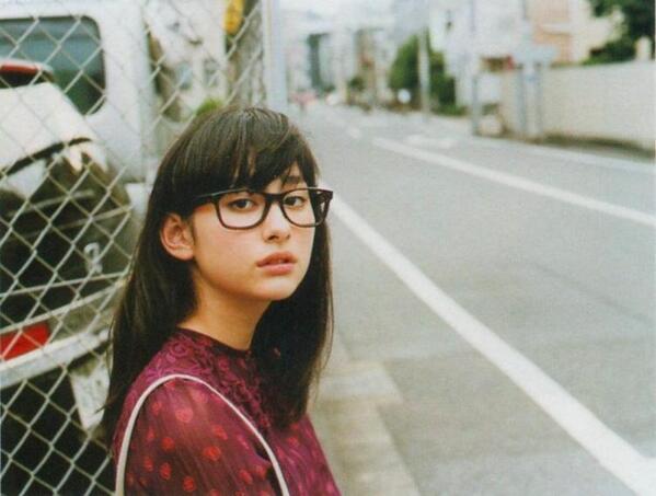 眼鏡姿がよく似合う、早見あかり。