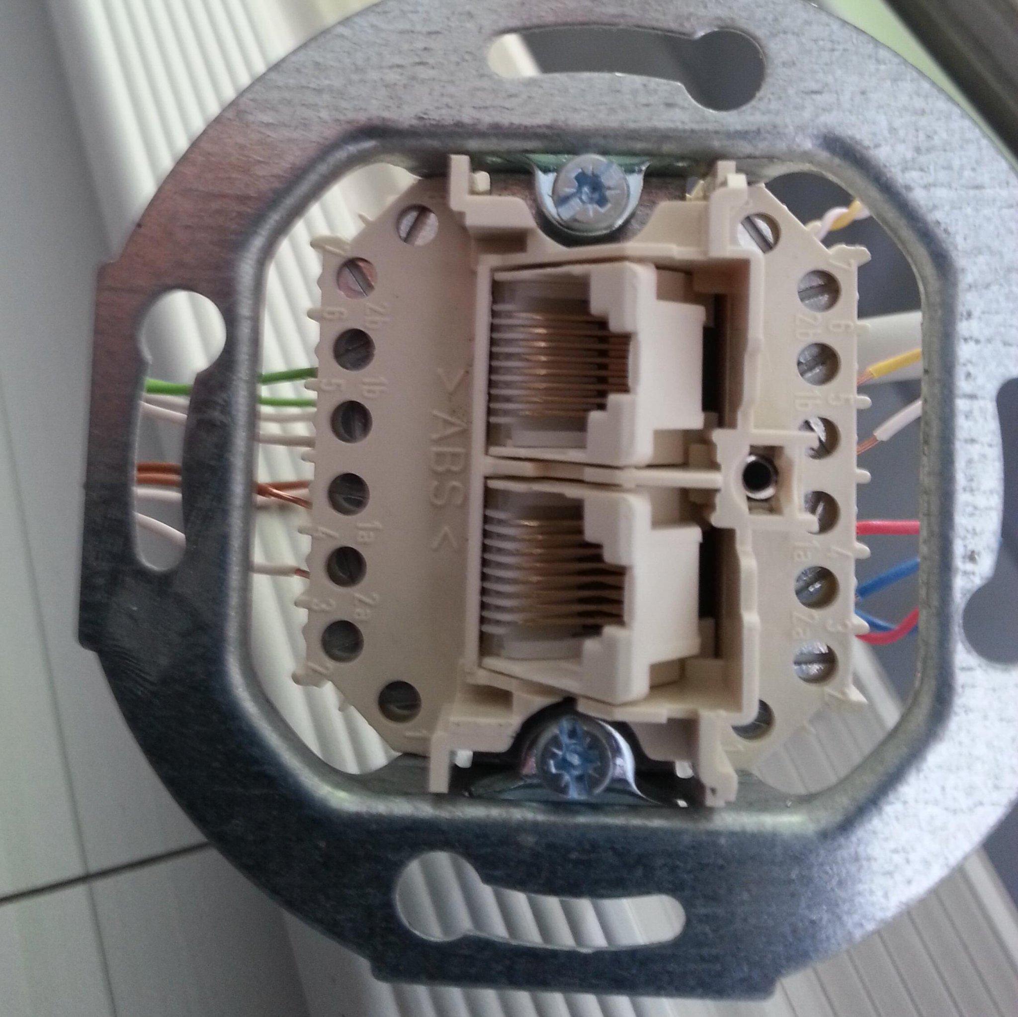 Manche Elektriker können froh sein, dass ISDN bald Geschicht ist. UAE-Dose nicht richtig anschliessen? Fehlanzeige! http://t.co/sXyuq50v9C