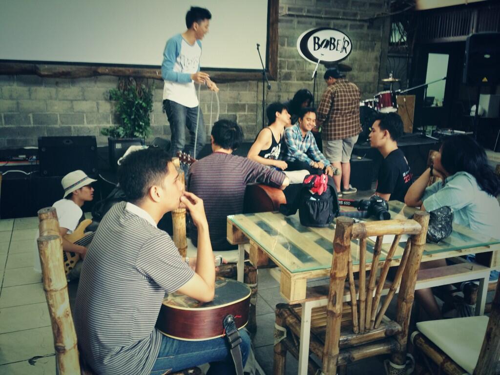 Checksound at Bober Tropicana, Bandung jam 7 malam. http://t.co/1DWRvPkUZL