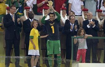 RT @Juezcentral: #FOTO Julio Cesar le dedicó el premio de mejor portero a Iker Casillas. Así recibió el trofeo. #CRACK http://t.co/XXJzQ1pCpr