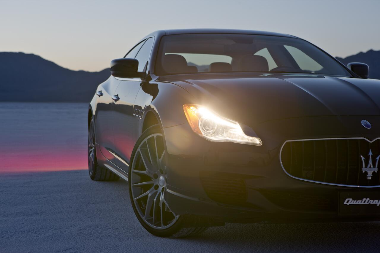 Night is coming, can you stand the gaze of an angry Maserati #newQuattroporte in the middle of Bonneville Salt flats? http://t.co/p9wT5Q4EdR