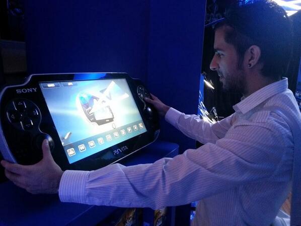 RT @damonx: 1ere photo de la PS Vita XL ! #psvita http://t.co/kc9KvD7Dp3