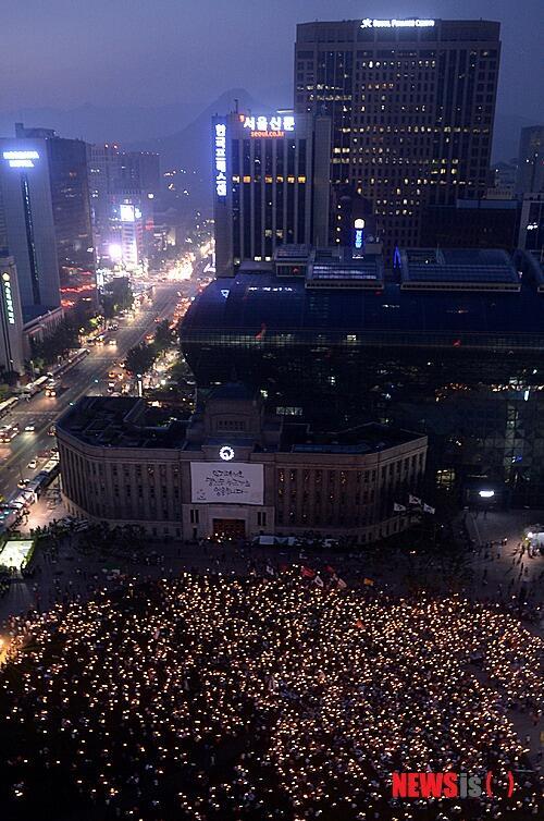 타오르는 국정원 대선개입 규탄 촛불 http://t.co/Q7FaewZUvv