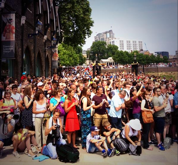 The crowds are eagerly awaiting the start  of the gun salute for the #RoyalBaby at the Tower of London http://t.co/cPwjtXKwT2
