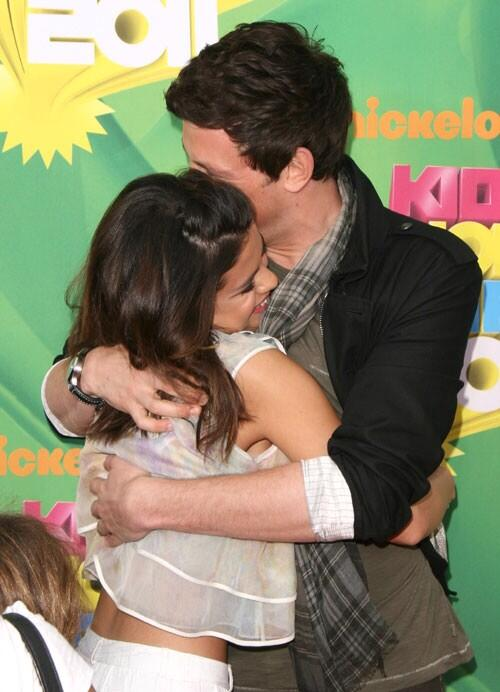 RT @selenagomez: This hurts. I love you Cory. Rest in peace. My thoughts and prayers are with you and your family. http://t.co/SceFQd7gzT