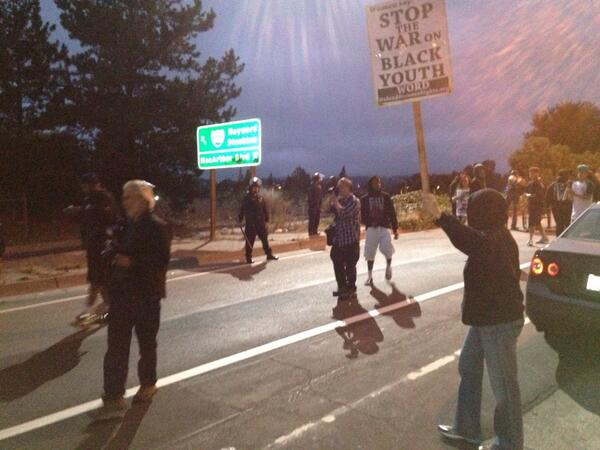 RT @demianbulwa: I'm in Oakland. Police blocking 580 east off ramp near Lakeshore as #trayvon protesters chant http://t.co/ESuMf0VNQE